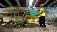 Lahan yang dahulu kosong di kolong Tol Joglo itu dimanfaatkan untuk membangun Taman Betawi yang dilengkapi dengan saung dan musala.