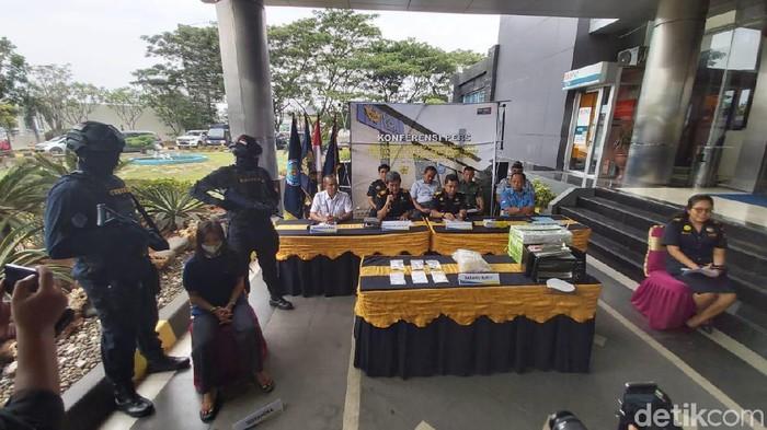 Jumpa pers kasus penyelundupan sabu di Semarang. (Angling Adhitya Purbaya/detikcom)