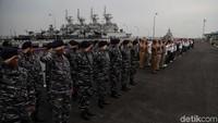 Para prajurit TNI AL mengajak sejumlah warga sipil untuk menaiki Kapal Angkatan Laut (KAL) Kobra milik TNI di Jakarta, Kamis (14/11/2019).