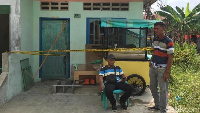 Rumah pelaku bom Medan dijaga polisi. (Khairul/detikcom)