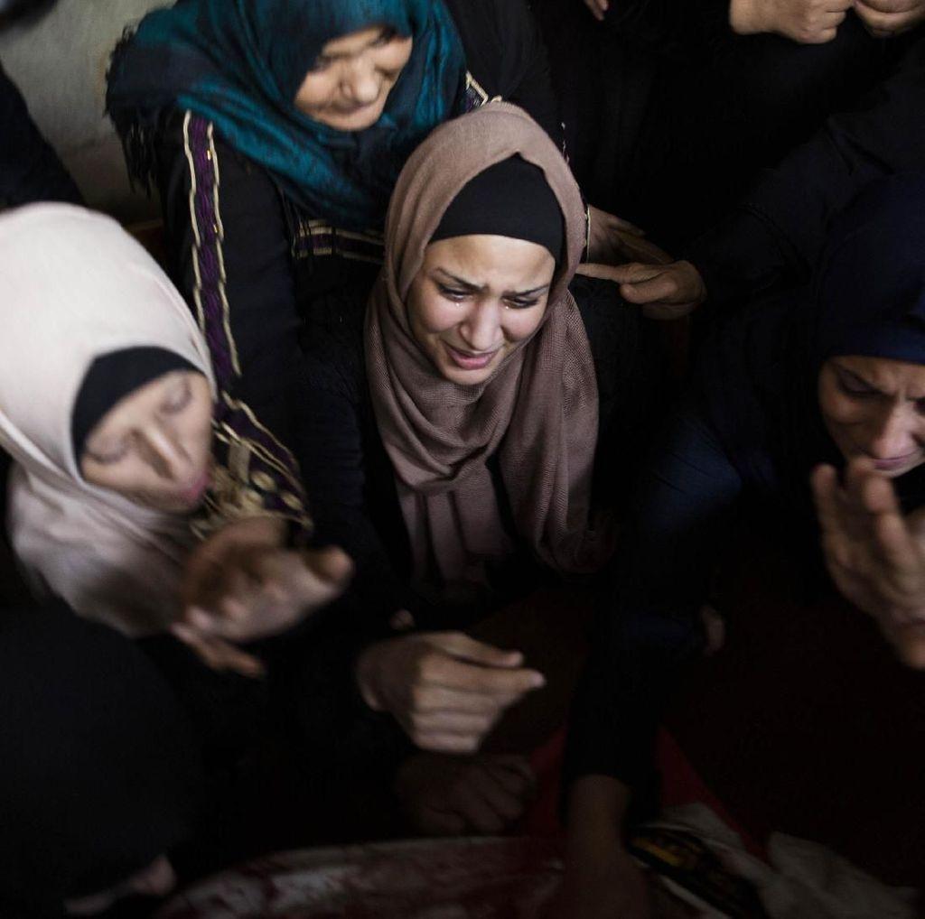 Tangisan Wanita Palestina di Tengah Gempuran Israel
