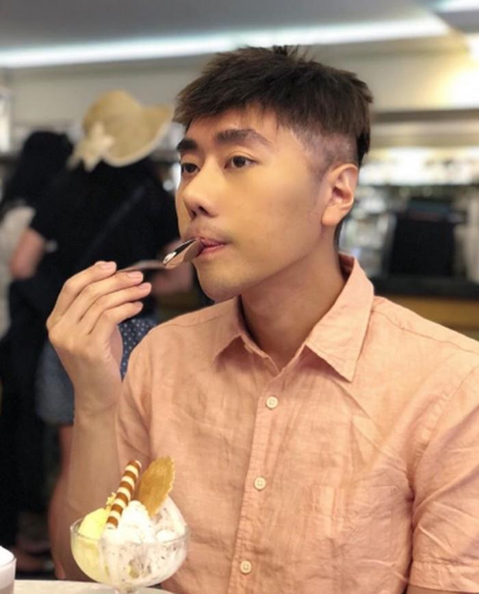Berpose candid, ini gaya Roy Kiyoshi saat makan es krim dengan topping biskuit. Foto: Instagram @Roykiyoshi