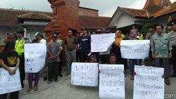 Warga Desa di Mojokerto Protes Pengelolaan TKD yang Tak Transparan