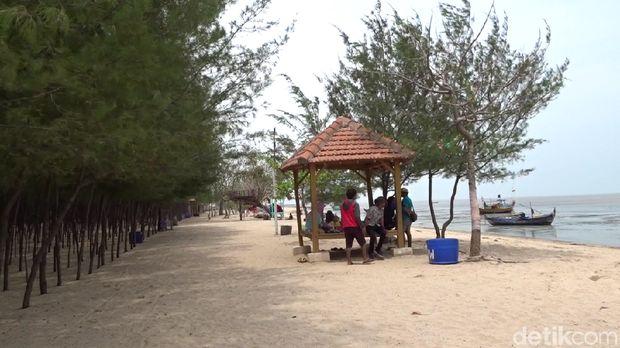 Kondisi bibir Pantai Wates, Rembang.