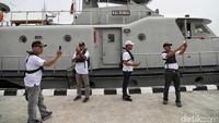 Kegiatan tersebut dimanfaatkan para warga untuk berfoto bersama kapal milik TNI AL tersebut.