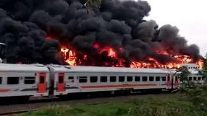 Bangkai gerbong kereta api terbakar di Stasiun Cikaum, Kabupaten Subang. (Foto: Istimewa)