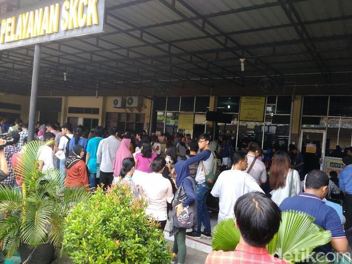 Suasana warga memadati Polrestabes Medan untuk mengurus berbagai keperluan seperti SKCK. (Datuk Haris Molana/detikcom)