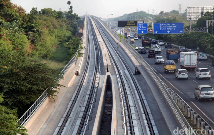 Pembangunan LRT Jabodebek terus dikebut. Sebelumnya, sejumlah menteri baru saja meresmikan pengecoran jembatan lengkung bentang panjang Kuningan pada proyek kereta ringan tersebut.