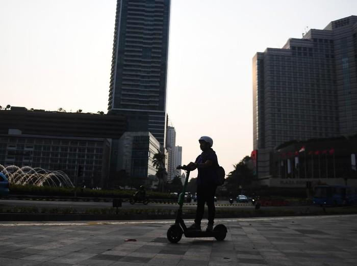 Ilustrasi pengguna skuter listrik di Jakarta. (Foto: ANTARA FOTO/Akbar Nugroho Gumay)