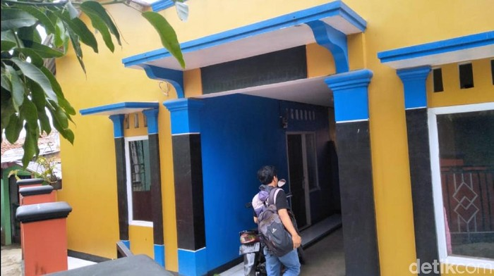 Warga melihat kontrakan tempat terduga teroris yang ditangkap personel Densus 88 di Kabupaten Cianjur, Jawa Barat. (Syahdan Alamsyah/detikcom)
