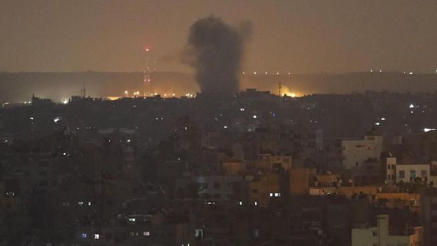 Sebuah ledakan yang dipicu serangan udara Israel terlihat di wilayah Gaza pada 14 November