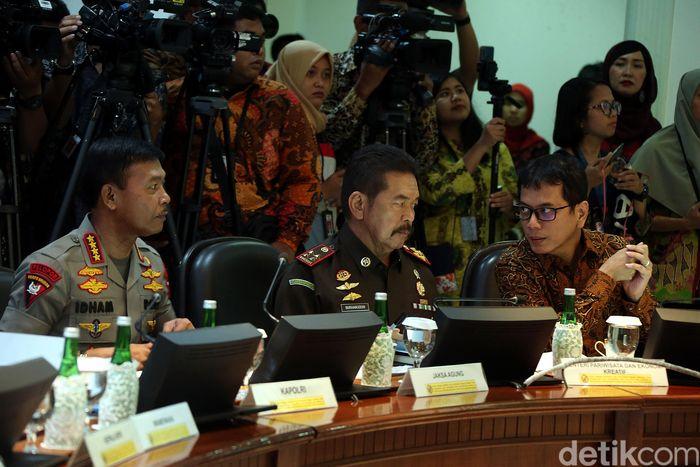 Para menteri Kabinet Indonesia Maju hadir dalam rapat tersebut.