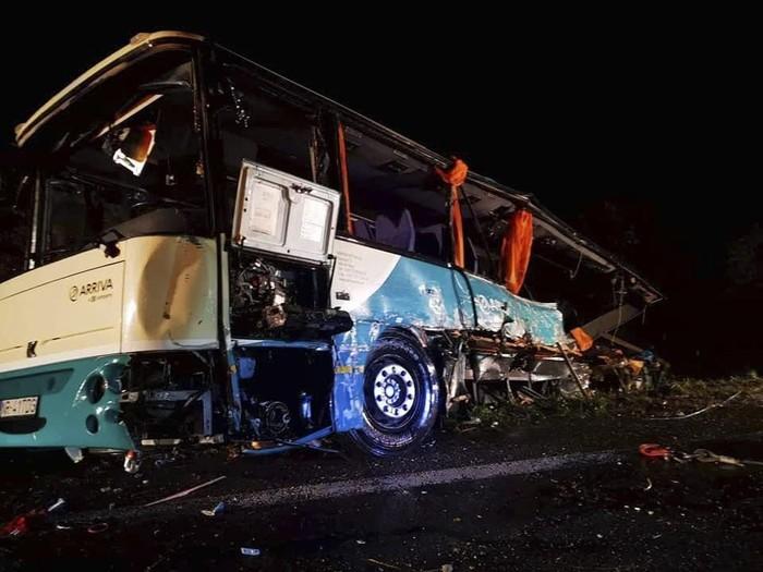 Situasi di lokasi tabrakan bus dan truk di Slovakia (HaZZ-Presidium of Fire and Rescue Corps via AP)