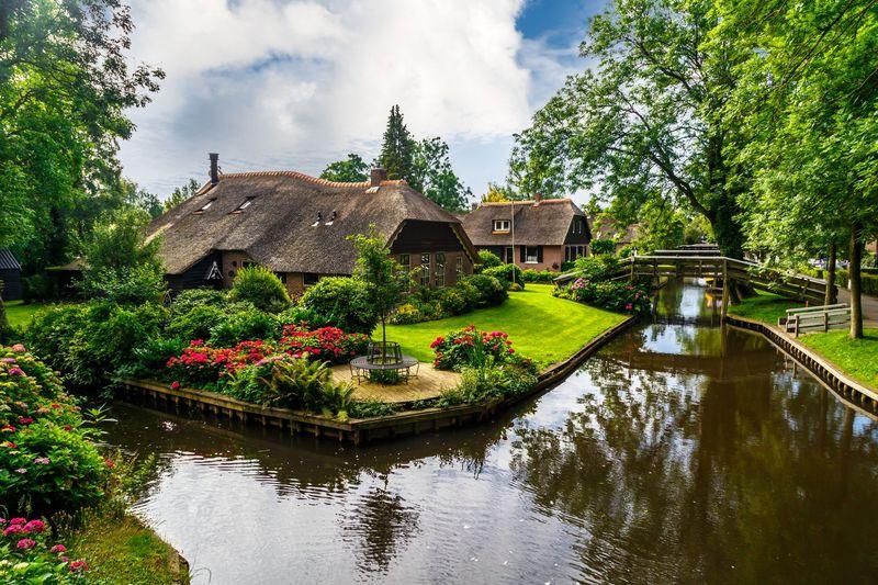 Giethoorn adalah desa di Provinsi Overijsell, utara Belanda. Desa Giethoorn dibangun tahun 1230. Di bangun dengan model kanal, Desa Giethoorn hanya mengenal perahu atau boat. (iStock)