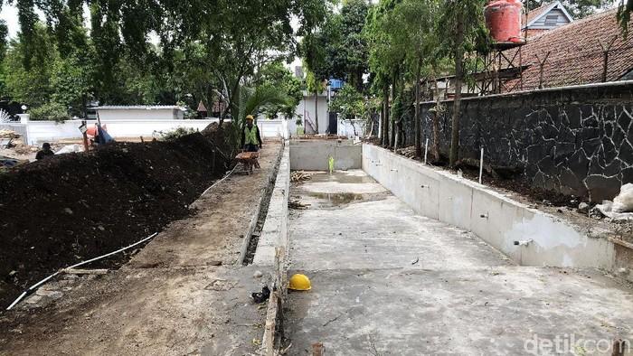 Kolam renang panas dan dingin yang sedang dibangun di rumah dinas Ridwan Kamil. (Mukhlis Dinillah/detikcom)