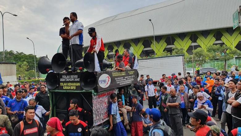 Demo Buruh di Depan Disnaker Bekasi, Lalin Jalan Ahmad Yani Sempat Macet