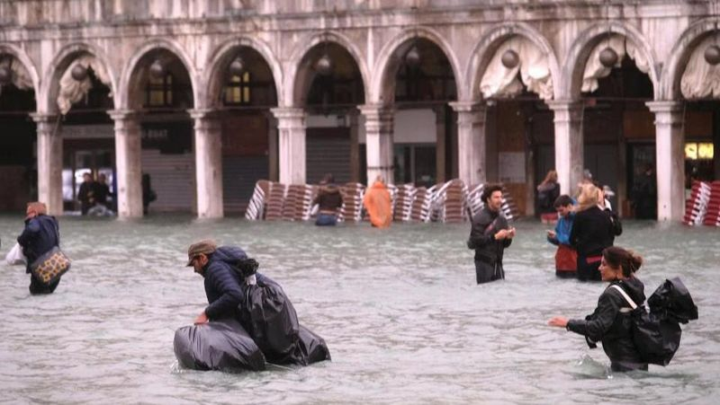 Badai hujan lebat mengguyur melanda sejumlah daerah di Italia. Wilayah selatan dan Venesia jadi daerah terkena dampak paling parah (Reuters)
