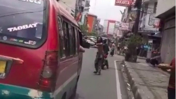 Viral pria ODGJ membukakan jalan untuk ambulans (Foto: Tangkapan layar Instagram)