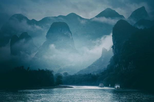 Waktu terbaik untuk menikmati Sungai Li adalah bulan April sampai Oktober. Kalau kamu datang di akhir bulan Mei sampai April, Li Jiang akan tambah romantis karena lebih banyak kabut. (iStock)