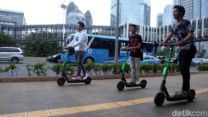 Dishub DKI masih izinkan skuter listrik beroperasi di Jakarta dengan syarat digunakan di jalur sepeda. Jika melanggar, Dishub tak segan menertibkan pelanggar.