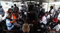 Para warga sipil yang ikut serta dalam kegiatan tersebut nampak diberikan pelampung sebelum memulai berlayar dengan KAL Kobra.