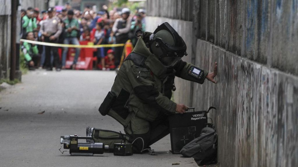 Momen Tim Gegana Evakuasi Tas mencurigakan di Depok
