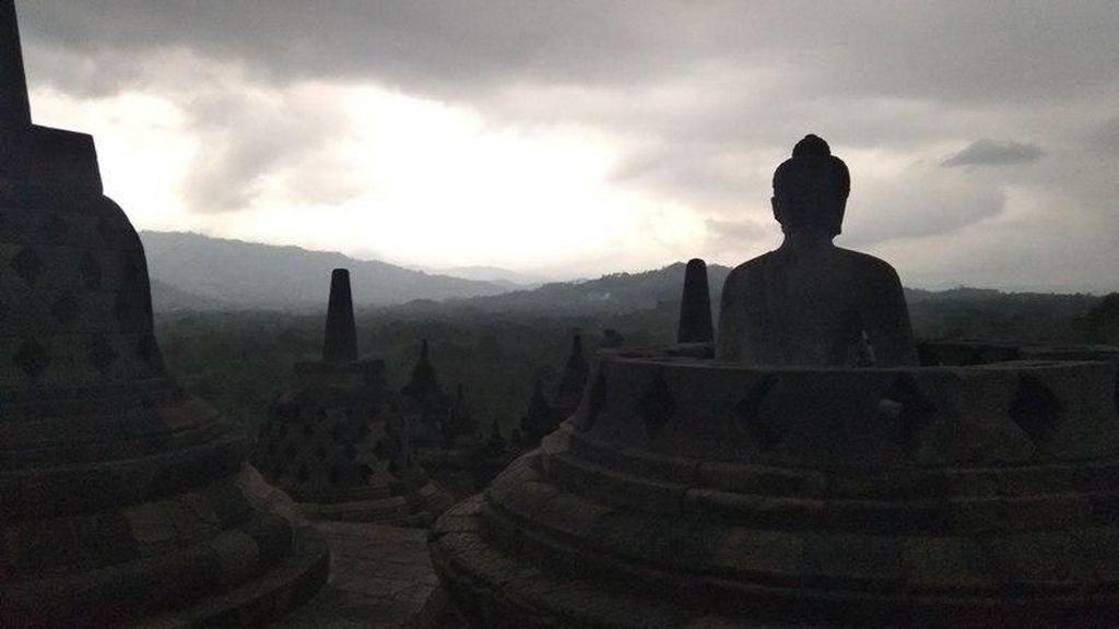 Melihat Matahari Terbenam di Candi Borobudur