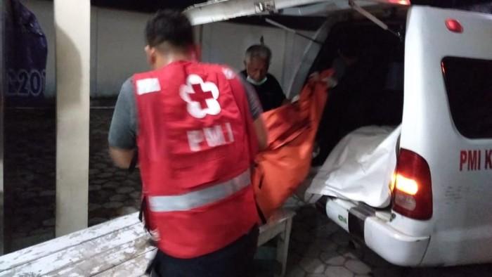 Evakuasi dua jasad korban tabrak lari di Sragen. (Foto: dok. Istimewa)