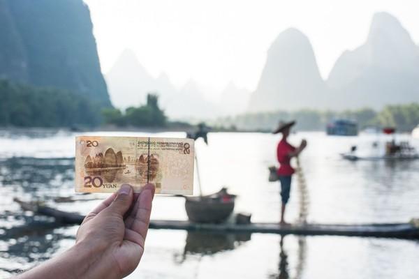 Yang paling ikonik adalah 20 Yuan Note. Karena pemandangan ini dijadikan sebagai gambar dalam uang kertas China senilai 20 Yuan. Katanya, saking cantik Li Jiang, kamu akan dibuat mau foto-foto atau menikmati pemandangan terlebh dahulu. (iStock)