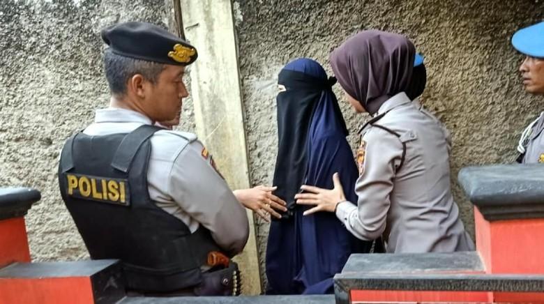 Istri Terduga Teroris yang Ditangkap Densus 88 di Cianjur Dipulangkan