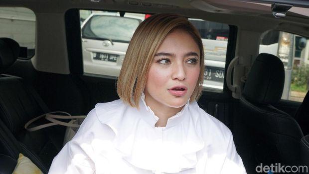 Pergoki Suami Telepon Marshanda, Karen 'Idol' Naik Pitam