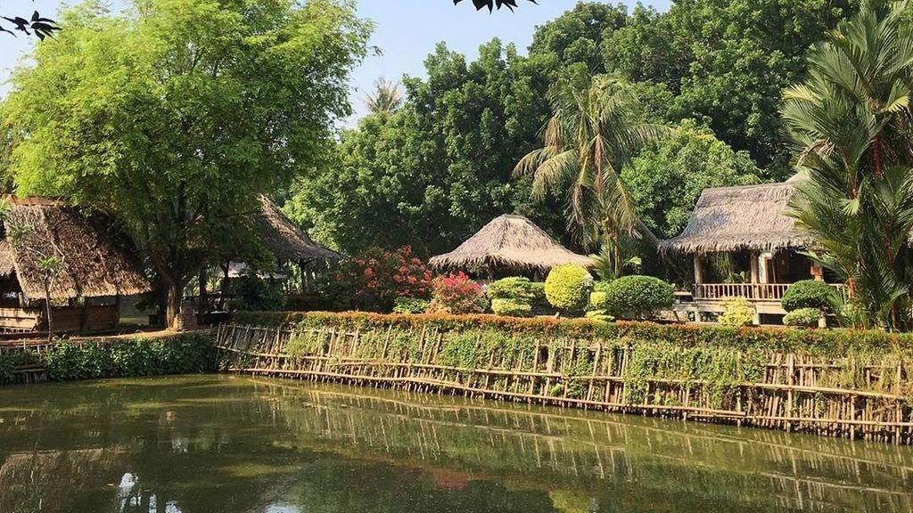 Asyiknya Wisata Kuliner Bareng Keluarga di Tengah Saung dan Empang