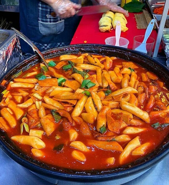 Tentu makanan yang satu ini sudah sangat populer. Namanya tteokbokki yang terbuat dari kue beras bertekstur kenyal. Tteokbokki hadir dengan lumuran saus gochujang yang manis pedas gurih. Di Korsel, tteokbokki jadi makanan sepanjang hari mulai dari sarapan hingga camilan malam. Foto : instagram @omokoreanstreetfood