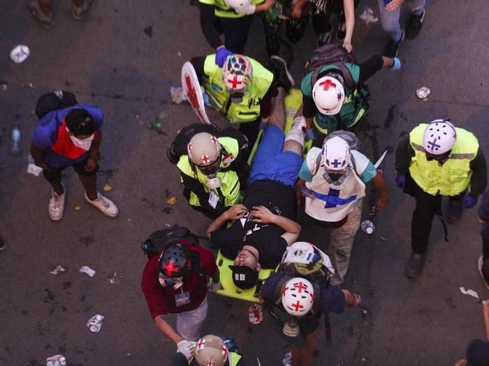Seorang demonstran di Chile yang luka-luka dievakuasi (AP Photo/Esteban Felix, File)