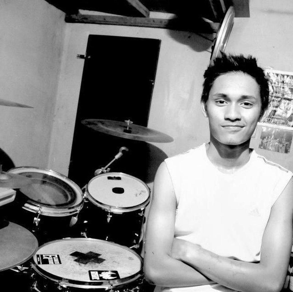 Aksi Budi Setiawan Si Trader Profesional Jadi Drummer Steven & Coconut Treez