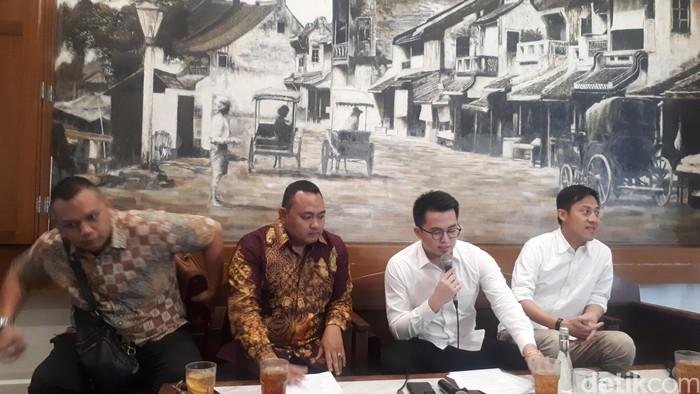 Kuasa hukum Andrew Abraham Srijaja dalam konferensi pers di Bakoel Coffee. (Dwi Andayani/detikcom)
