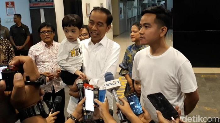 Jokowi dan Gibran umumkan nama adik Jan Ethes. (Foto: Bayu Ardi Isnanto/detikcom)