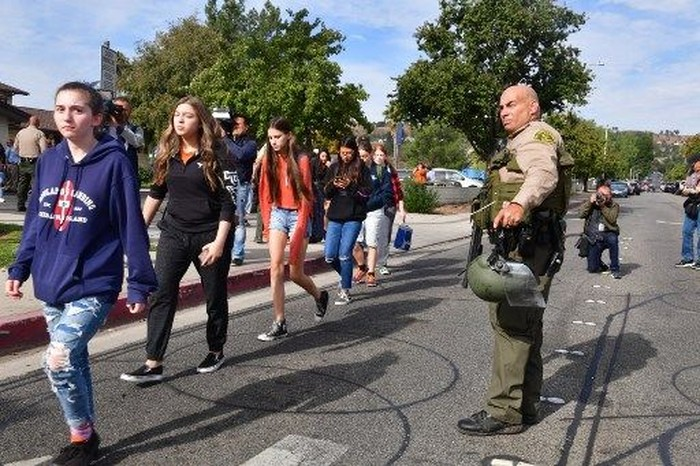 Foto: Suasana usai penembakan di sekolah Santa Clarita, California (AFP)
