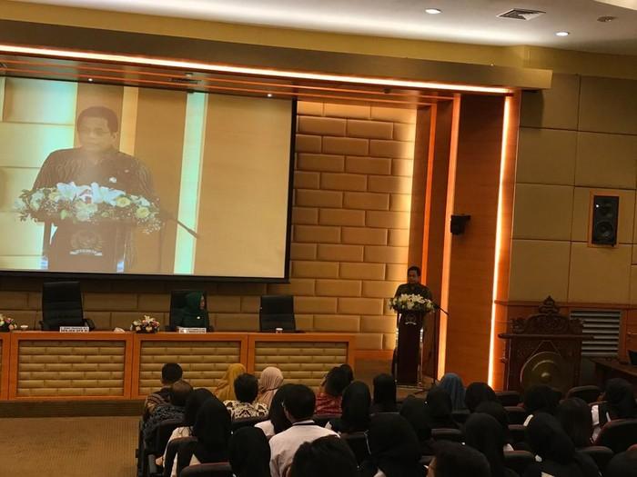 Sekjen DPR Indra Iskandar saat menjadi pembicara di acara pembekalan Badan Keahlian. (Zhacky/detikcom)