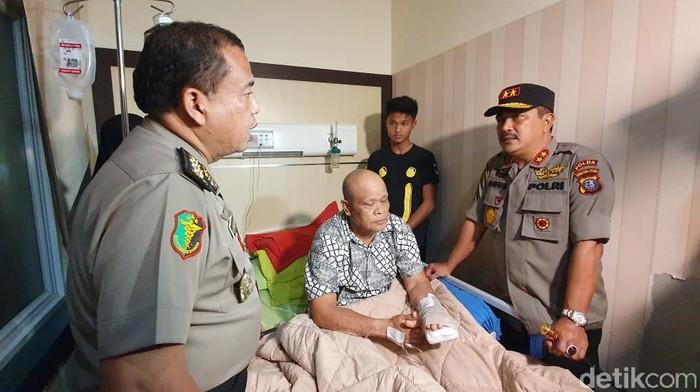 Kapolda Sumut Irjen Agus Andrianto (kanan) membesuk korban luka bom bunuh diri Medan di RS Bhayangkara/Foto: Ahmad Arfah Lubis-detikcom
