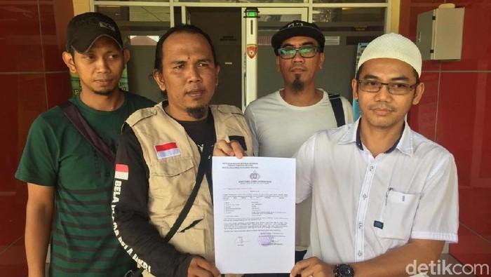 Forum Persatuan Pecinta Ulama dan Habib Palembang melaporkan penghina Ustaz Taufik Hasnuri. (Raja/detikcom)