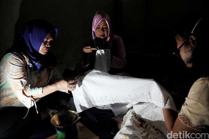Sejumlah perajin binaan dari Elemwe membuat kerajinan batik betawi di kawasan Rusun Tambora, Jakarta.