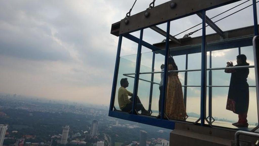 Ngeri-ngeri Seru! Berfoto di Kotak Kaca Setinggi 300 Meter