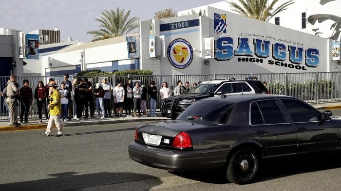 Situasi di Saugus High School di California usai penembakan brutal yang menewaskan 2 orang (AP Photo/Marcio Jose Sanchez)