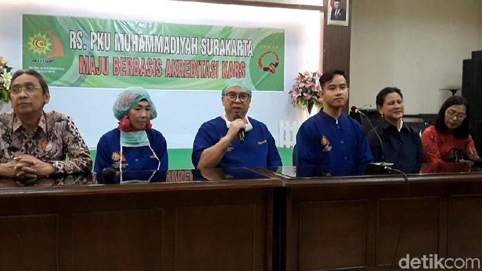 Gibran Rakabuming Raka dan tim dokter mengumumkan kelahiran anak kedua atau cucu ketiga Presiden Jokowi. Foto: Bayu Ardi Isnanto