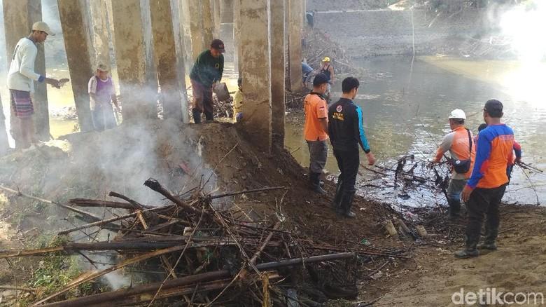 BPBD dan Warga Trenggalek Bersih-bersih Timbunan Sampah di Bawah Jembatan