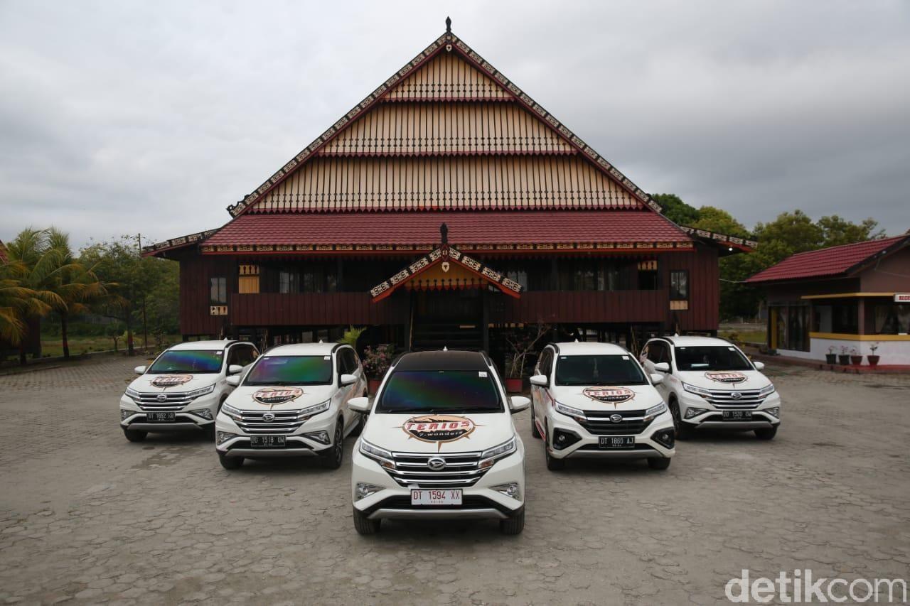 Rumah Adat Mekongga yang terletak ± 50 Km dari Bandara Sangia Ni Bendera ini merupakan duplikasi dari rumah peninggalan Raja Sangia Larumbalangi yang terkenal.jpg