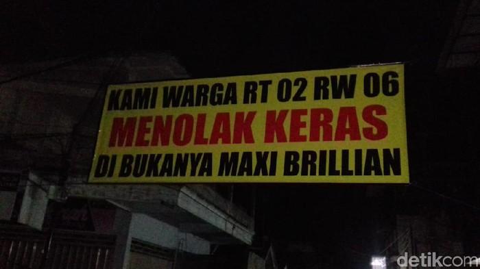 Banner penolakan tempat karaoke kembali buka/Foto: Erliana Riady