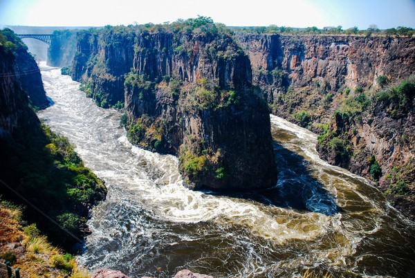 Mengakui keindahan sungai dan jeramnya, Sungai Zambezi membuka wisata rafting sejak tahun 1981. Area rafting ini berada tepat di bawah Air Terjun Victoria Falls. (iStock)