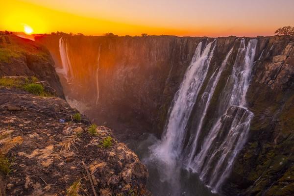 Yang membuat sungai ini berbeda karena adanya air terjun terbesar dunia, Victoria Falls. Bukan cuma air terjun terbesar, Zambezi juga punya jeram untuk rafting. (iStock)
